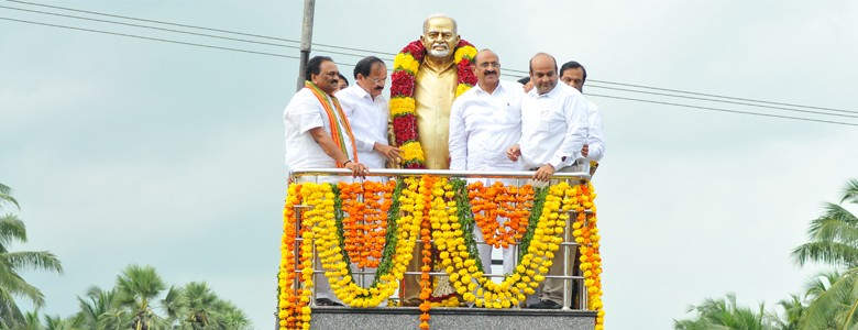 Unveiling of the statue of Dr. B. V. Raju at bypass road circle, Bhimavaram by Shri M. Venkaiah Naidu, Union Minister of Urban Development and Parliamentary Affairs.